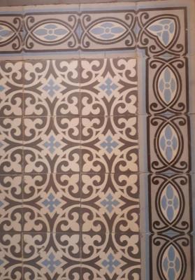 Carreaux de ciment anciens marron, bleu et gris
